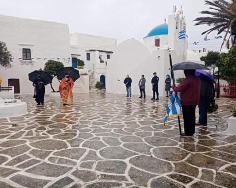 """Ένας διαφορετικός εορτασμός του ΟΧΙ στη Σίκινο λόγω βροχής και λόγω """"πορτοκαλί"""""""