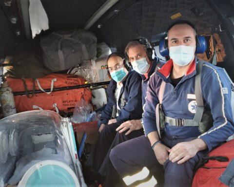 Ίος: Ασθενής με κορωνοϊό μεταφέρθηκε με ελικόπτερο του ΕΚΑΒ μέσα σε κλωβό