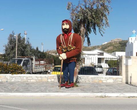 Ο γιγαντιαίος κουδουνάτος υποδέχεται την αποκριά του lockdown  στη Νάξο