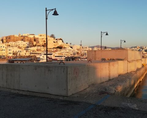 """Λιμάνι Νάξου: """"Οχυρωματικό τείχος"""" για την θωράκιση του κεντρικού προβλήτα..."""