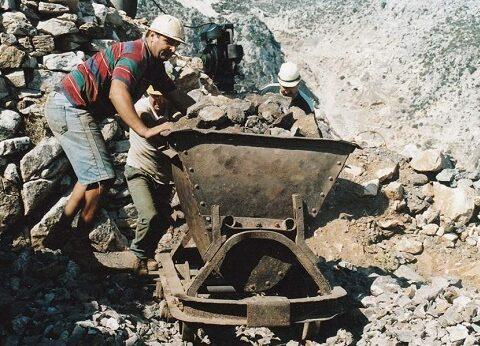 «Μαύρος καπνός» (λουκέτο) από την Επιθεώρηση Μεταλλείων για τα ορυχεία της Νάξου… «Στο πόδι» και πάλι τα χωριά του σμυριγλιού… Το υπόμνημα σε δύο υπουργεία…