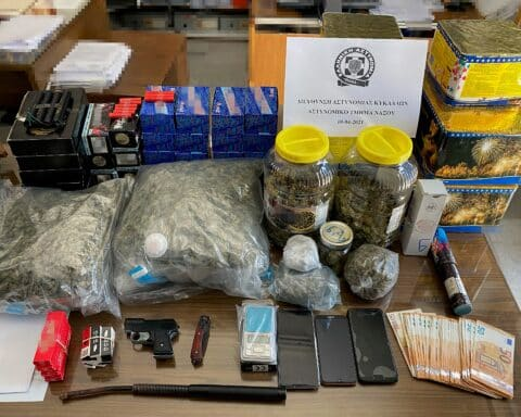 Συνελήφθη στη Νάξο ένας ημεδαπός για διακίνηση ναρκωτικών, κατοχή κροτίδων και οπλοκατοχή