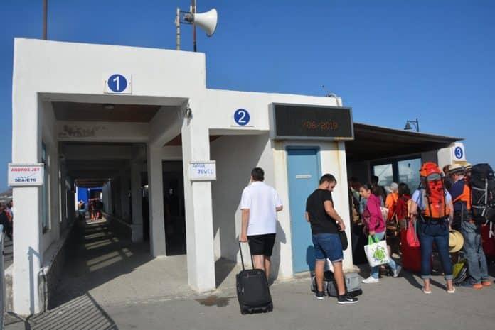 Τα λιμάνια Νάξου και Πάρου, απαράδεκτα μεν, αλλά επιπέδου ...Champions League σε σχέση με το λιμάνι της Σαντορίνης