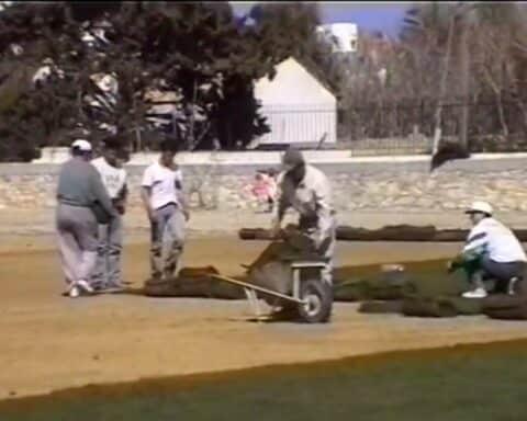 ΣΠΑΝΙΟ ΒΙΝΤΕΟ: Η τοποθέτηση χλοοτάπητα στο στάδιο Νάξου (1999)