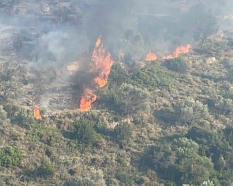 """Δεν έχει τεθεί υπό έλεγχο, αλλά περιορίζεται το μεγάλο πύρινο μέτωπο στον Κώστο Πάρου που """"σαρώνει"""" στο πέρασμά του χορτολιβαδική έκταση. Άλλες ζημιές δεν έχουν αναφερθεί. Πυροσβέστες και από την Νάξο στο γειτονικό νησί. Πολλά τα εναέρια μέσα που έχουν ριχτεί στην μάχη με τις φλόγες. - VIDEO"""