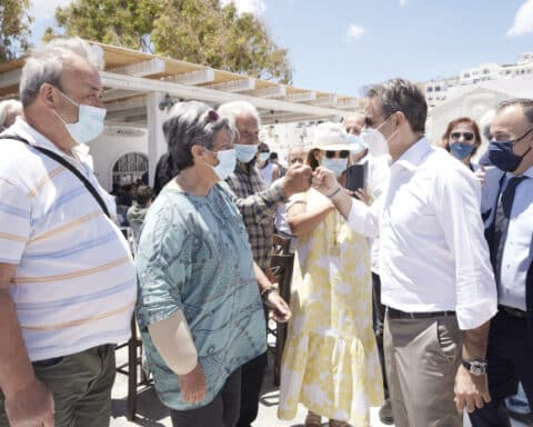 """Ο πρωθυπουργός, Κ. Μητσοτάκης, από την Αστυπάλαια: """"Ο ΦΠΑ θα είναι το επόμενο βήμα -όταν με το καλό ισορροπήσουν πλήρως τα δημόσια οικονομικά μας»."""