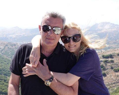 """Νίκος Χατζηνικολάου: Ποζάρει αγκαλιά με τη σύζυγό του στις διακοπές τους στη Νάξο - """"Καλοκαιρινά χαμόγελα στην πανέμορφη Απείρανθο της Νάξου,πριν από λίγες μέρες…"""""""