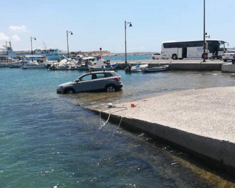 Λιμάνι Νάξου: Το αυτοκίνητο τελικά, δεν ...απέφυγε το καλοκαιρινό μπάνιο