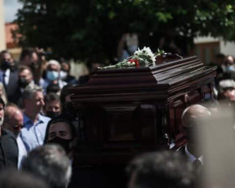 Αθάνατος: Ο Μίκης Θεοδωράκης επέστρεψε για πάντα στην κρητική γη (βίντεο)