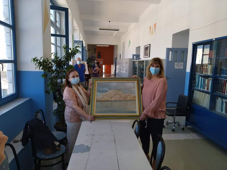 """Η δωρεά της ζωγράφου-αγιογράφου Ε. Σάλτη, στο 1ο Γυμνάσιο Νάξου - """"Τα έργα σας είναι απερίγραπτης ομορφιάς δημιουργήματα"""" (video)"""